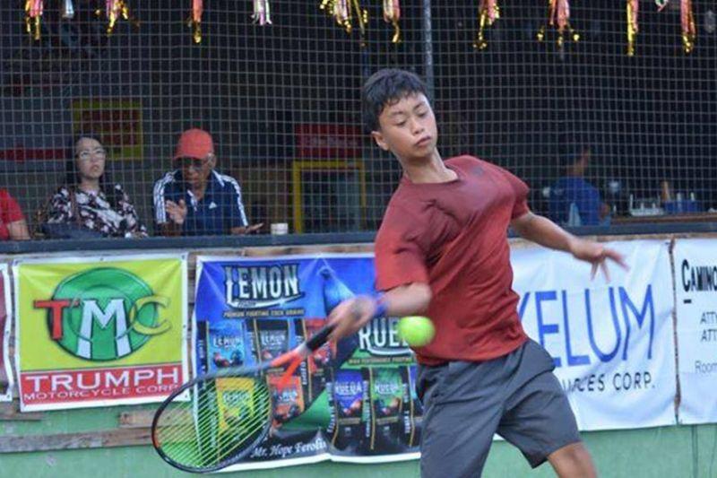 DAVAO. Ang pambato sa Davao City, Christian Nathaniel Angus mobandera sa watawat sa nasud sa 2020 ITF World Junior Tennis Competition (Asia/Oceania Qualifying Zone) karong Pebrero 17 ngadto 22 sa Jakarta, Indonesia. (Hulagway gipaambit ni Boy Diong)