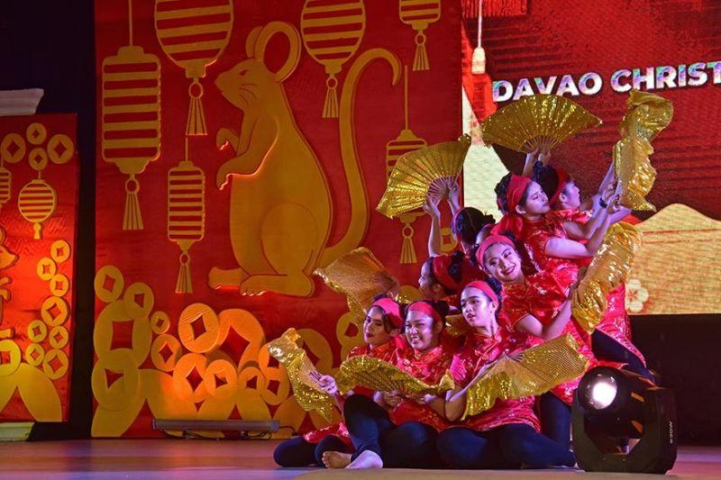 DAVAO. Gibida sa mga estudyante sa Davao Christian High School ang ilang kahanas sa pagsayaw sa pipila ka mga sayaw sa Insik atol sa ilang presentasyon sa pagsaulog sa Davao City sa sugat sa Chinese New Year, Biyernes didto sa Rizal Park. (Macky Lim)