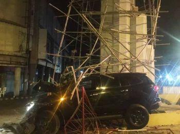 BACOLOD. Car hits the P4.8 million Halandumon Tower at Gonzaga-Gatuslao streets, Barangay 12, Bacolod City Friday, January 24, 2020. (Photo by John Dale Salazar) onerror=