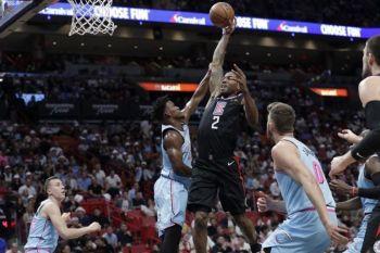 GIPAKGANG: Padulong na nga mohansak sa bola si Kawhi Leonard (no.2), sa Los Angeles Clippers niining aktoha samtang misuway pagpakgang kaniya si Jimmy Butler sa Miami Heat atol sa ilang duwa kagahapon. /AP