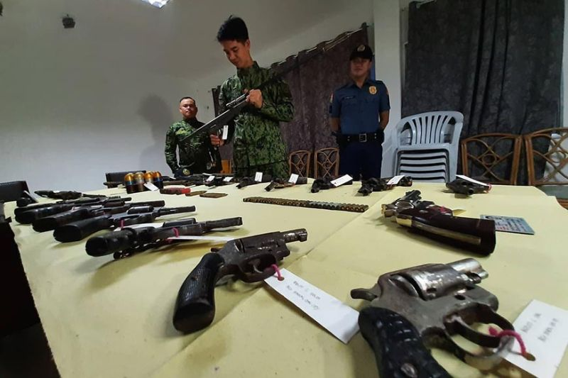 RECOVERED. The Cebu City Mobile Force Company presents the loose firearms that were surrendered by gun holders from the hinterlands of Cebu City. (SunStar photo / Arnold Y. Bustamante)