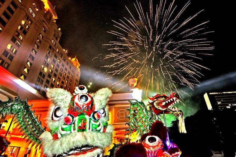 FIREWORKS light up the sky above as members of the Cebu Wushu Traditional Lion and Dragon dancers perform outside the Waterfront Cebu City Hotel and Casino to help welcome the Chinese New Year. (SunStar foto /  Alex Badayos)