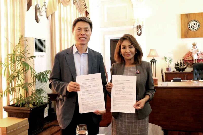 AGREEMENT. Kepco SPC Power Corp. president and chief executive officer Jong Ryoon Yoon (left) and Cebu Gov. Gwendolyn Garcia hold copies of the memorandum of agreement (MOA) signed by the two at the Capitol Building in Cebu City in November 2019. The MOA was executed by Kepco SPC Power for the establishment and administration of trust accounts with different local government units  in Cebu. With the amended regulations under the Energy Department's Energy Regulations (ER) 1-94, the host communities can immediately utilize its fund and enforce certain projects. The ER 1-94 created a program that intends to recompense for the contribution made by the communities hosting energy generating facilities and/or energy resources. (CONTRIBUTED FOTO)
