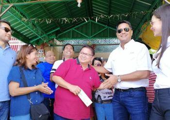 TABANG. Gipakpakan ug gikalipay sa mga opisyal sa Taal, Batangas pinangulohan ni Mayor Fulgencio Merado (naggunit sa tseke) ang tabang nga gipaabot gikan sa kagamhanan sa Ormoc. (Hulagway iya ni John Kevin D. Pilapil)