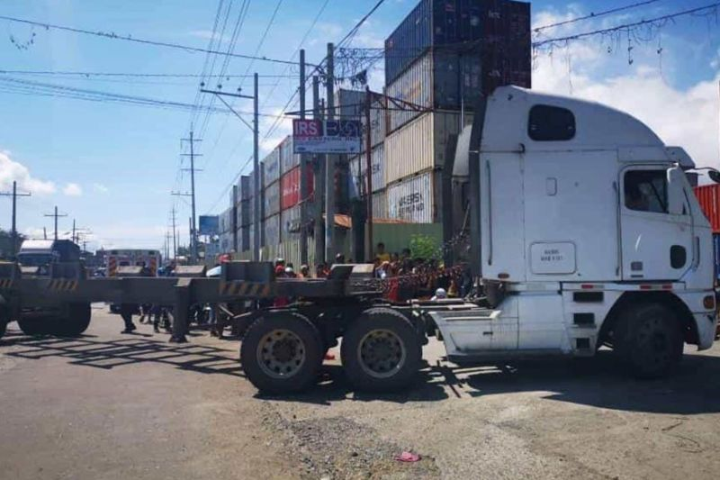 DAVAO. Makita ang 18-wheeler truck nga nagbabag sa dalan sa dihang nakaligis og hamtong nga babaye (kahon) Lunes sa buntag, Enero 27, 2020. (Hulagway gikan sa Davao City Public Safety And Security Command Center Facebook)