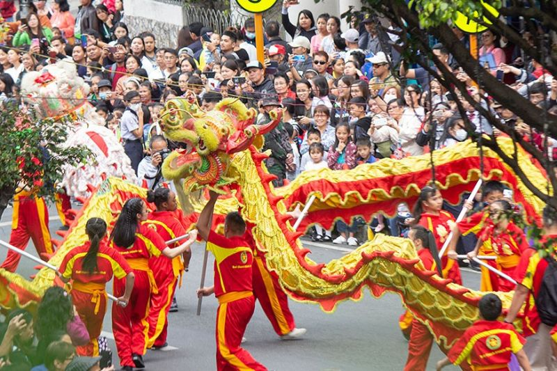 BAGUIO. Filipino-Chinese community parade down Session Road in celebration of the Lunar New Year. (Photo by Jean Nicole Cortes)