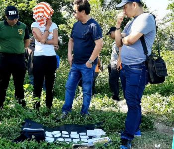 ANTI-DRUG STANCE. Lapu-Lapu City Mayor Junard Chan (in dark shirt) questions suspected pusher Ceilo Mendoza Regner (second from left) in Sitio Soong 2, Barangay Mactan on Sunday afternoon, Jan. 26, 2020. Regner, a Cebu City resident, yielded more than P4 million worth  of illegal drugs during a buy-bust. Chan witnessed the inventory of evidence recovered from her. (CONTRIBUTED FOTO / LAPU-LAPU CITY PIO)