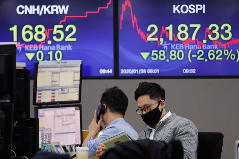 WEAK SENTIMENT: A currency trader wearing a mask watches a calendar at the foreign exchange dealing room of the KEB Hana Bank headquarters in Seoul, South Korea, Tuesday, Jan. 28, 2020. Asian shares continued to fall Tuesday, caused by worries about the China virus. (AP Photo)