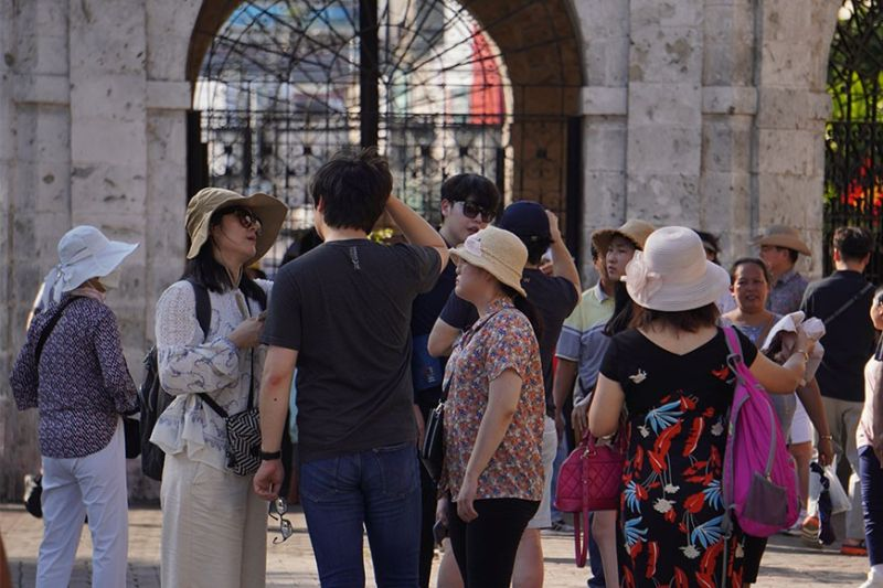 LIFE GOES ON. Tourists continue to flock to Magellan's Cross in Cebu City on Tuesday, Jan. 28, 2020 as the 2019 novel coronavirus threatens the global travel industry. Since it was first reported on Dec. 31, 2019 in China, the virus has sickened more than 4,500 people worldwide and killed more than 100, the Associated Press reports. China has restricted outbound travel in a bid to contain the virus. (SunStar Photo / Alex Badayos)