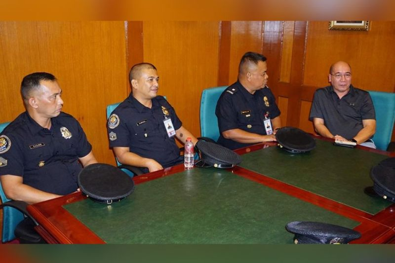 BACOLOD. The Bureau of Fire Protection (BFP) city fire marshal Chief Inspector Publio Ploteña (2nd from right), chief for Operations SFO2 Restito Salon (4th from right) and chief for Administration SFO2 Ademar Zamora (3rd from right) pay a New Year's traditional call on Mayor Evelio Leonardia, represented by Vice Mayor El Cid Familiaran (right most), at the Bacolod City Government Center Tuesday, January 28, 2020. (Photo by City PIO)