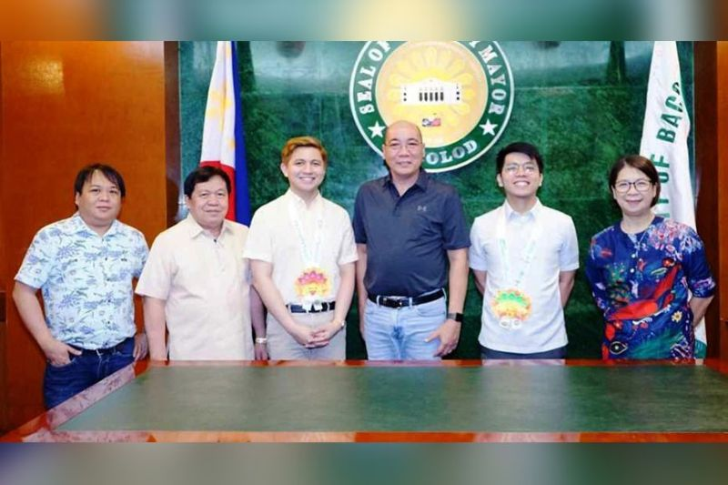 BACOLOD. Vice Mayor El Cid Familiaran (4th from left), representing Mayor Evelio Leonardia, receives Renzo Enrico Blanco (3rd from left) and Carlos Rafael Andres (2nd from right), both of the Strategy, Economics, and Research Group of the Department of Finance, during their courtesy visit at the Bacolod City Government Center Tuesday, January 28. Accompanying the vice mayor were City Treasurer Giovanni Balalilhe (2nd from left), Assistant City Treasurer Arlene Memoria (1st from right), and Acting Public Information Officer (PIO) Danny Dangcalan (1st from left). (Photo by City PIO)