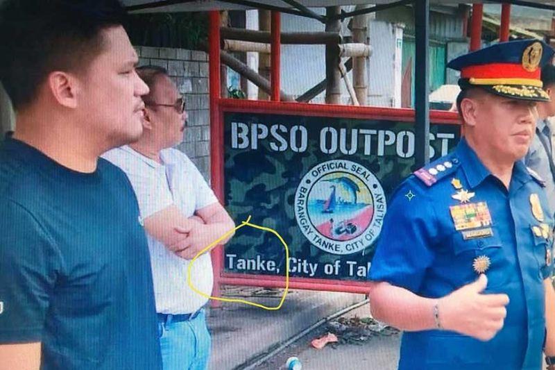 24/7 CHECKPOINT: Si Mayor Samsam Gullas, Jr. (wala) uban ni Police Major Gerard Ace Pelare (tuo), hepe sa Talisay City Police, nga ningsusi sa pagmuntat sa 24/7 nga checkpoint sa Barangay Tanke. (Fe Marie Dumaboc)