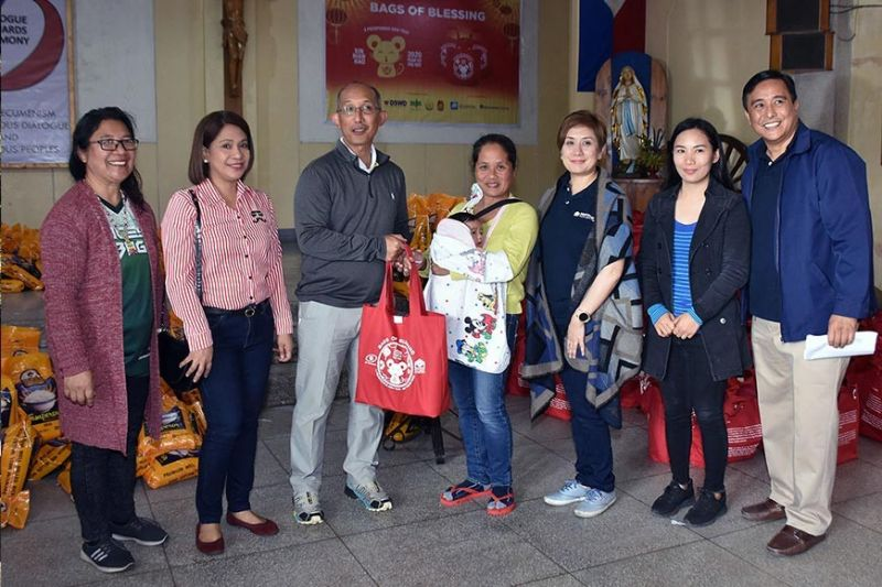 """BAGUIO. Baguio City Mayor Benjamin Magalong together with Metrobank Baguio officials – Area Head Grace Suarez and Area Business Head Nonette Castillo turns over gift packs to indigent families in Baguio City and Benguet during the """"Bags of Blessings"""" gift giving activity to usher the Year of the Rat in celebration of the Chinese New Year at the Bishops House in Baguio City over the weekend. (Photo by Redjie Melvic Cawis)"""