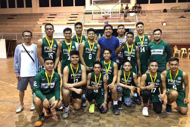 CAGAYAN DE ORO. Coach James Racines thanks his assistant coaches for a job well done. (Contributed photo)