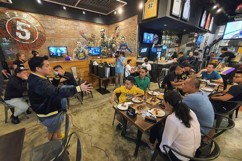 TRIBUTE. Dr. Bimbo Tequillo, one of the owners of the First 5 Sports Bar, talks to fellow fans of the Laker legend. The bar didn't charge patrons as it didn't want to earn money from the tribute. (SunStar photo / Arni Aclao)