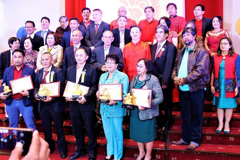 BAGUIO. From L to R awardees are Rommel Fallarme (Digital Media), Rafael Valencia (Community Service), Alvin Chua (Community Service), Marlene de Castro (Community Service), and Edith Furigay (Community Service) with William Ang as Chairperson of the Awards Committee. (Photo by Osharé)
