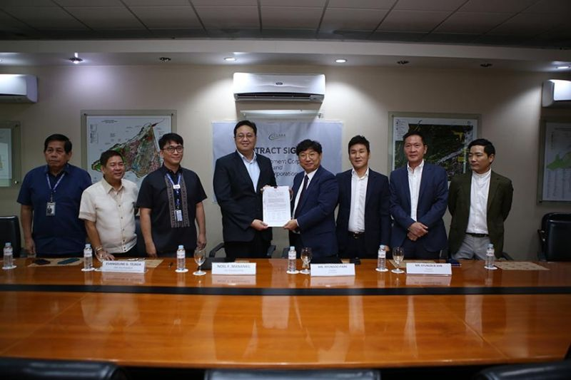 CLARK. Clark Development Corporation (CDC) president and CEO Noel F. Manankil (4th, L) and SSI Corporation president Hyunsoo Park (4th, R) present the signed contract between CDC and SSI Corporation. Joining them are (from L-R) CDC vice president for Security Services Group lawyer Ramsey L. Ocampo, CDC director Nestor I. Villaroman, Jr., CDC assistant vice president for Business Development Department II Rodem R. Perez, SSI Corporation treasurer Kyungbub Ahn, JB Cresta Corporation president Minho Poo, and JB Cresta Chairman Jang Bin Lim. (Contributed photo)