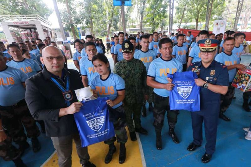 BATANGAS. Rep. Jorge Antonio Bustos of Patrol Partylist and Police Brigadier General Rhodel Sermonia of Police Regional Office-Central Luzon lead Monday's (February 3, 2020) distribution of 1,000 packs of relief goods to policemen and personnel of the PNP-PRO-Calabarzon who were affected by the eruption of Taal volcano. (Chris Navarro)