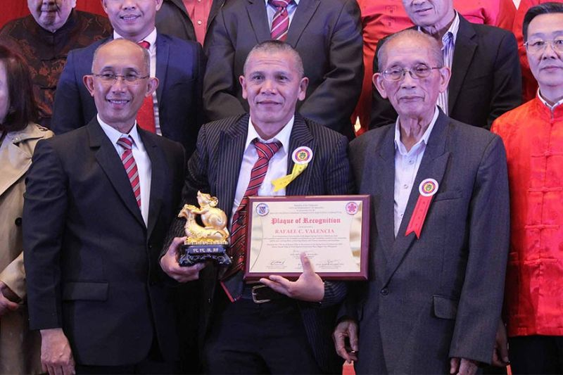 BAGUIO. 911 on call founder, Paeng Valencia receives an award from the Filipino Chinese community for his relentless service to save lives. (Photo by Jean Nicole Cortes)