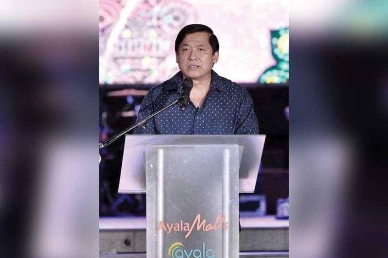 "BALIK CEBU FIESTA. Cebu Holdings Inc. (CHI) president Anecito ""Jun"" Bisnar welcomes balikbayans during the Balik Cebu dinner at The Terraces in Ayala Center Cebu."
