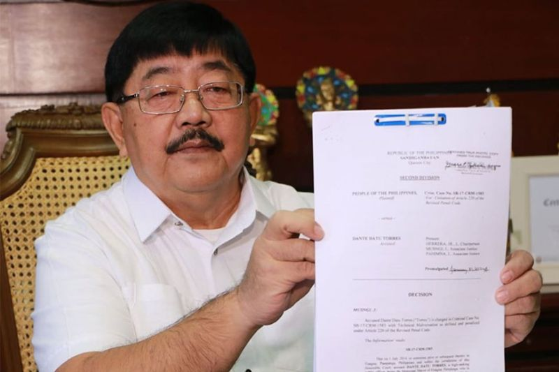 PAMPANGA. Guagua Mayor Dante Torres shows the court decision clearing him of charges filed against him. (Chris Navarro)