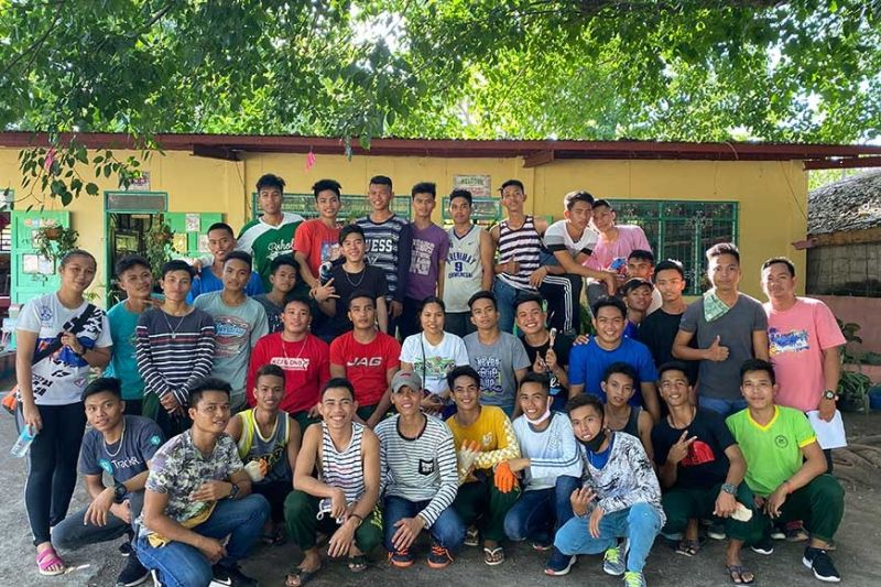 Ang mga senior high school students nga mag-instalar sa solar power system sa Hingotanan Elementary  School. (Nicko D. Tubo)