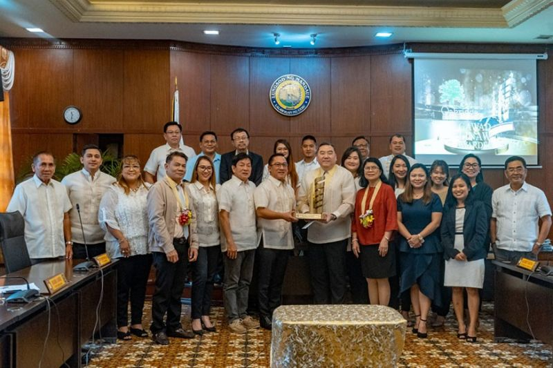 WINNER. Edmun Liu, chief executive officer of Oakridge Realty Development Corp., receives the Gawad Linaw Award from Mandaue City Mayor Jonas Cortes. The Gawad Linaw Award seeks to recognize and acknowledge the efforts of companies and to encourage social partners to continue the drive of enhancing labor and management relations. (Contributed Photo)