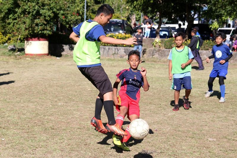 BAGUIO. In this 2017 file photo, the Baguio football team sweat it out during their practice at the Melvin Jones grounds in preparation for the elementary division Caraa meet. (SunStar Baguio File Photo)