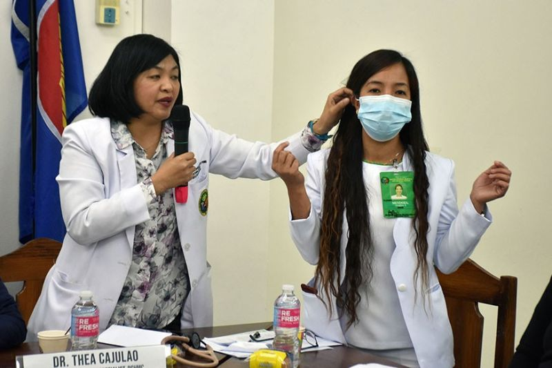 BAGUIO. Baguio General Hospital Infectious Disease Specialist Dr. Thea Cajulao demonstrates the proper use and disposal of the surgical facemask during the briefing on the 2019 novel coronavirus acute respiratory disease (2019-nCoV ARD) at the DOH-CAR training center last week. (Photo by Redjie Melvic Cawis)
