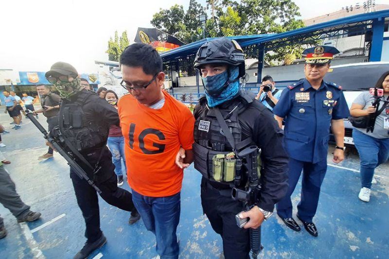 HIDING NO MORE. Police Regional Office 7 Director Valeriano de Leon (in complete formal police uniform) watches alleged Abu Sayyaf member  Jimmy Igpit Marababol (in orange shirt) as the latter is escorted by police operatives in battle gear. De Leon assured the public that Cebu and other provinces in Central Visayas remain safe after Marababol was arrested in Barangay Tinago, Cebu City on Tuesday morning, Feb. 4, 2020, for his pending kidnapping and serious illegal detention cases in Zamboanga del Norte. Marababol had been hiding in Cebu for two years before his arrest. <b>(Sunstar Photo / Arnold Bustamante)</b>