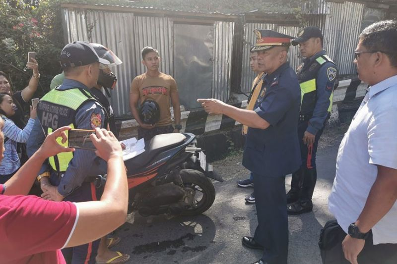 CAGAYAN DE ORO. PRO-Northern Mindanao director Brigadier General Rolando Anduyan scolds a police officer for wearing slippers while riding a motorcycle. Anduyan led an inspection of police-owned vehicles and motorcycles on Monday as part of the police's internal cleansing program. (Contributed photo)