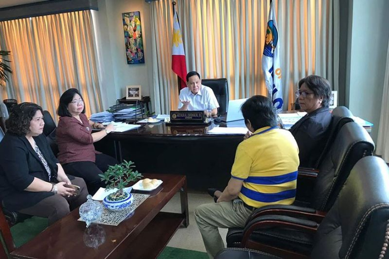 ILOILO. Governor Arthur Defensor Jr. meets with Hospital Management Office chief Dr. Cynthia Cabangal-Ng, Provincial Health Officer Dr. Patricia Grace Trabado, Dr. Ricardo Y. Ladrido Memorial District Hospital chief Dr. Alicia Cordero, and Provincial Administrator Atty. Suzette Mamon on February 5, 2020 for the establishment of a hospital isolation room for coronavirus patients. (Contributed photo)