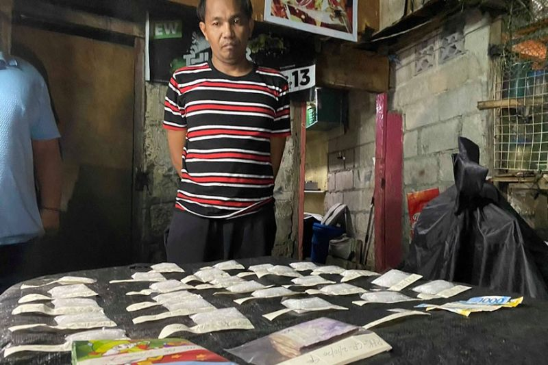 BIG HAUL. Police recovered P4.5 million worth of shabu from Rolando Cabasaan in Barangay Hipodromo, Cebu City Monday night in a buy-bust. Cabasaan is considered a high-value target.  (Sunstar Photo / Benjie B. Talisic)