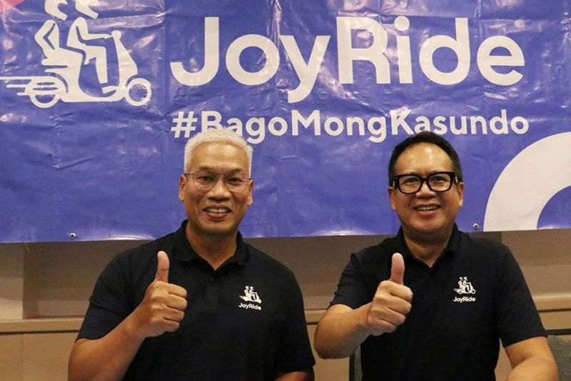 BRINGING JOYRIDE. Joyride officials (from left) Noli Eala and Edwin Rodriguez announce during a press conference in Cebu City on Tuesday, Feb. 11, 2020, that the motorcycle ride-hailing application will operate in Metro Cebu starting next week. Eala and Rodriguez are vice president for corporate affairs and chief business development adviser, respectively. (Sunstar Photo / Amper Campaña)
