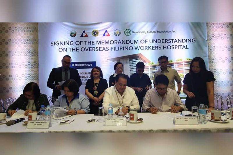 PAMPANGA. Governor Dennis Pineda, Vice Governor Lilia Pineda, Pagcor Chairperson Andrea Domingo, Dole Secretary Silvestre Bello III and Bloomberg Executive Director Filipina Laurena led Wednesday's signing of the agreement for the construction of the OFW hospital in Barangay Sindalan, City of San Fernando. (Chris Navarro)