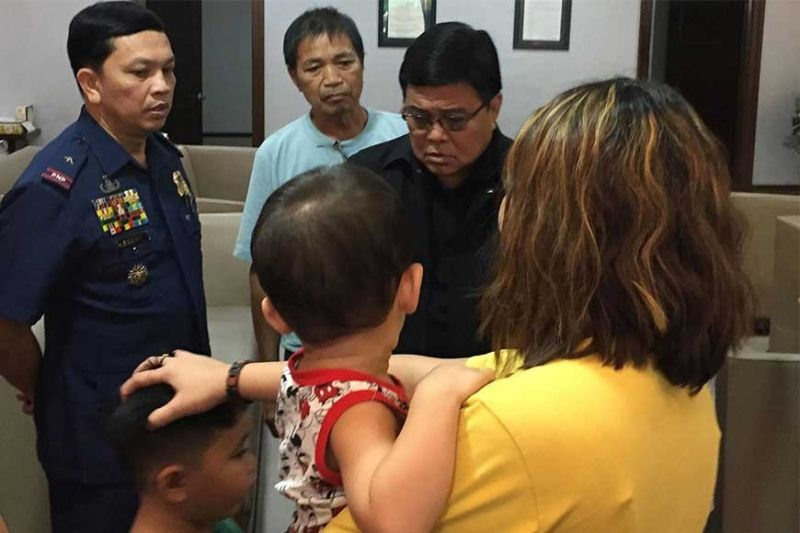 FEELING THE GRIEF. Cebu City Mayor Edgardo Labella (in black shirt) and Police Regional Office 7 Director P/Brig.Gen. Albert Ignatius Ferro (in police uniform) console Eva Kristel Macua (in yellow shirt), the wife of slain P/MSgt.Maximino Macua inside a chapel of St. Peter Funeral Homes on Thursday, Feb. 13, 2020. (Sunstar Photo /  Jerra Mae Librea)