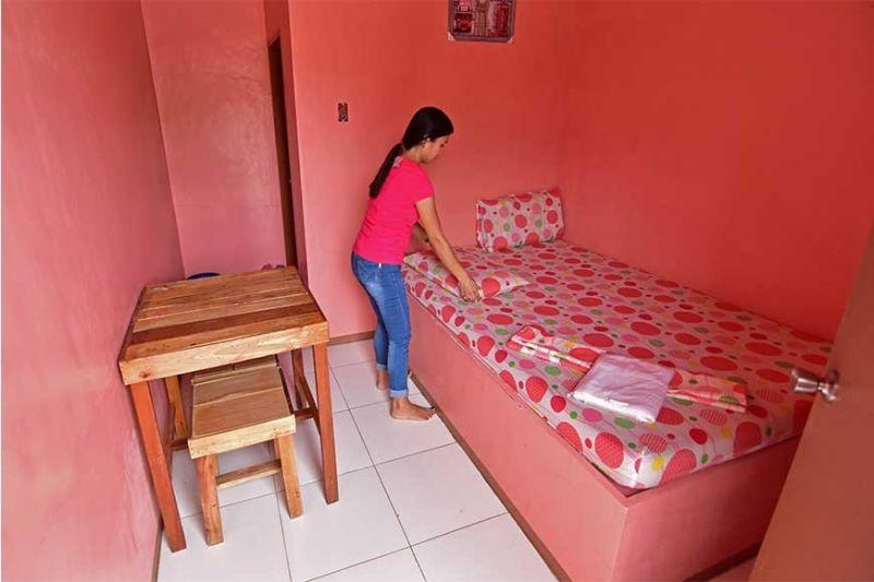 DAVAO. Gihapsay sa trabahante sa Beds and Pillows Inn sa Matina Aplaya, Davao City ang bag-ong bed sheet ug unlan sa kuwarto niadtong Miyerkules, Pebrero 12, isip pangandam sa mga kustomer nga mo-check in kagahapon atol sa Valentine's Day. (Macky Lim)