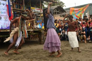 Inagong, an Ata courtship dance, performed by the members of the Ata Village from Brgy. Puey, during the Arts Month opening.