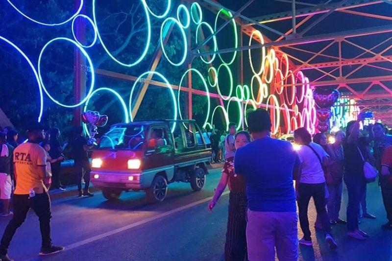 ANG kinatibuk-an nga hulagway sa Ysalina Bridge sa siyudad sa Cagayan de Oro nga napuno sa mga lights. Ang pagpasiga niini gipahigayon niadtong Biyernes sa gabii atol sa kasaulogan sa Valentine's Day. (CIO)