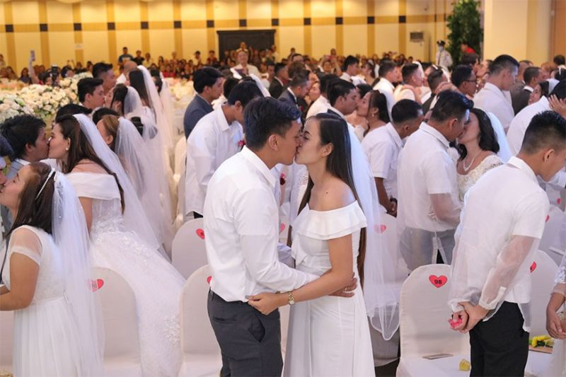 "MASS WEDDING. Despite the threat of the Covid-2019, a total of 100 couples tied the knot on Valentine's Day at the One Oases Convention Center during the ""I Do, I Do: Araw ng Pag-IBIG"". The organizers implemented measures set by the Department of Health when holding events like this. (Mark Perandos)"