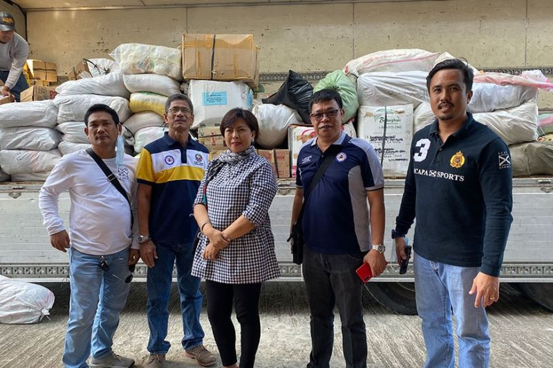 "AID FOR TAAL VICTIMS. Ex-Officio Board Member Renato ""Gabby"" Mutuc, Ex-Officio Board Member Renato ""Gabby"" Mutuc, Liga ng mga Barangay President and concurrent village chief of Barangay Balucuc in Apalit town; together with Diosdado Vitug Jr, Association of Barangay Captains (ABC) president of Floridablanca; June Marimla, ABC president of Magalang; and Mario Cunanan, ABC representative from Macabebe turn over the food and other items collected by their league for the victims of the Taal Volcano eruption. With them is Provincial Social Welfare and Development Office (PSWDO) Head Elizabeth Baybayan. (Photo by Luisse Rutao)"