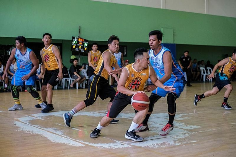 The Hotshots try to break the stifling defense of Nat's Fishcrackers. / Contributed