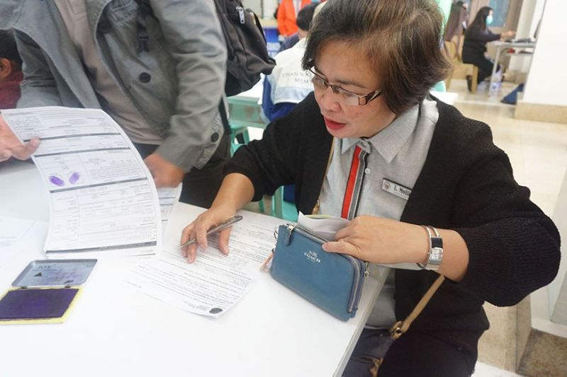 BAGUIO. The Commission on Elections conducts an offsite voters registration at the Baguio City Hall lobby February 10, serving City Hall employees who are not yet a registered voters and those whose registration were deactivated. (Rosa Moresto)