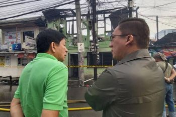 Mandaue City Mayor Jonas Cortes ug Vice Mayor Glenn Bercede mi inspection sa nasunogan sayo Lunes sa buntag. (Alan Tangcawan)