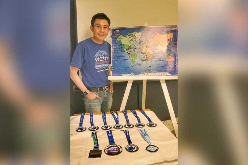 """KASAYSAYAN. Gipakita sa beteranong runner nga si Dr. Potenciano """"Yong"""" Larrazabal III atol sa usa ka press conference ang mga medalya nga iyang nahakot sa makasaysayon niyang pagdagan sa World Marathon Challenge niadtong Pebrero 7-14, 2020. (Amper Campaña)"""