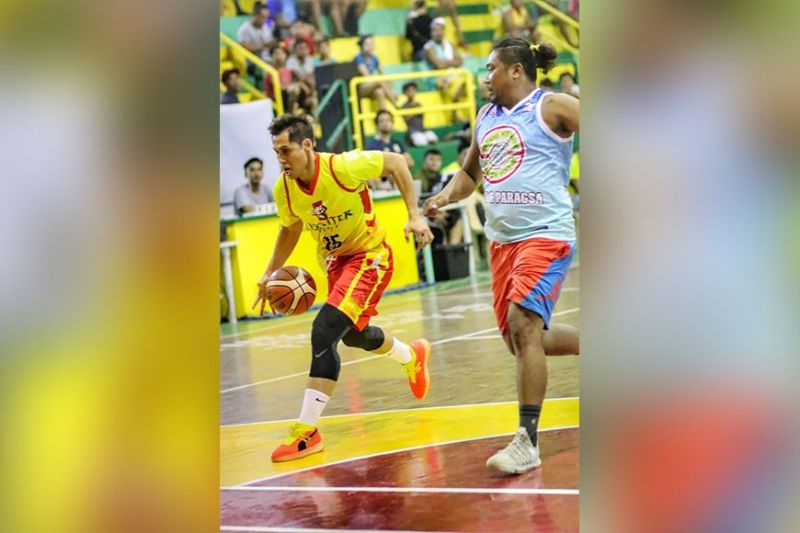 Fighter 50's Dondon Hontiveros tries to escape the defense of LM Paragsa's big man, Noel Canedo. (Amper Campana)