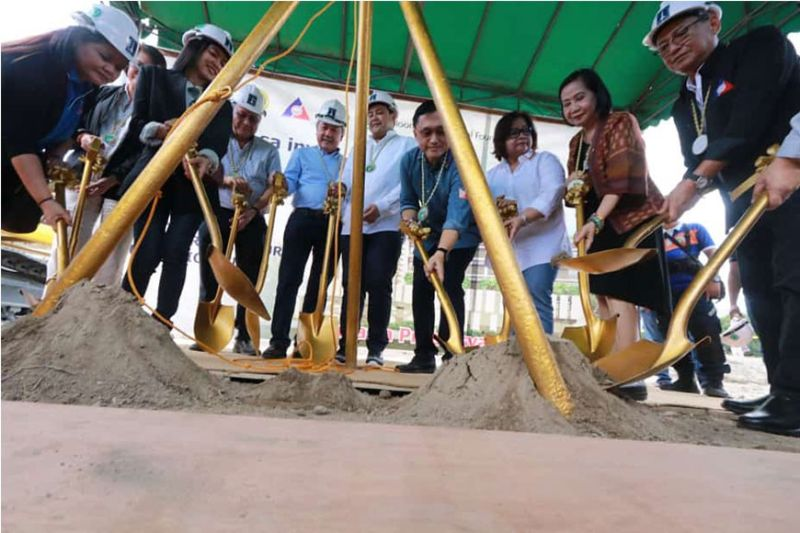 PAMPANGA. Senator Bong Go, Gov. Dennis Pineda, Vice Governor Lilia Pineda, Pagcor Chair Andrea Domingo and Bloomberry Cultural Foundation, Inc. President Donato Almeda led the groundbreaking Tuesday, February 18, 2020, of the P500 million OFW Hospital at the Provincial Engineering Office, Sindalan, City of San Fernando. Joining them are officials of DOH, OWWA, Dole and DMCI. (Chris Navarro)