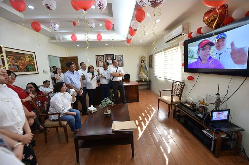 """PAMPANGA. Vice Governor Lilia """"Nanay"""" Pineda sheds tears as board members and Capitol employees surprise her with an advanced birthday celebration. (Contributed photo)"""