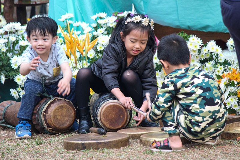 BAGUIO. Children learn to play the gong and native drums used during a highland wedding. (Photo by Jean Nicole Cortes)
