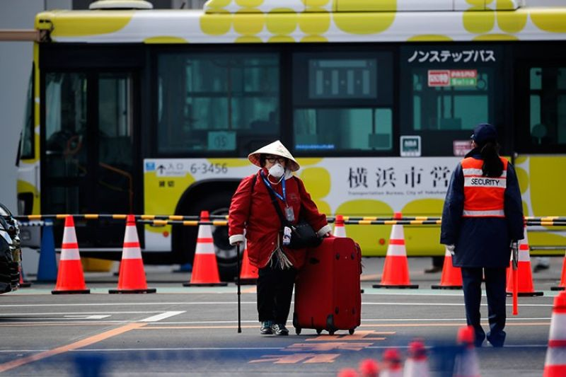 JAPAN. An unidentified passenger walks down after she disembarked from the quarantined Diamond Princess cruise ship Wednesday, February 19, 2020, in Yokohama, near Tokyo. Passengers tested negative for Covid-19 started disembarking Wednesday. (AP)